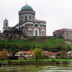 A view of the #Basilica of #Esztergom from the #Danube River in #Hungary ⠀ Photo: Martin Klimenta⠀ #EuropeTravelwithMIR #hungarytravel #hungarytourism #visithungary #centraleurope #everydaycentraleurope #danubecruise #river #eurotrip #travel #tourism #wanderlust #worlderlust #wanderlustwednesday #church #architecture #history #beautifuldestinations #seetheworld