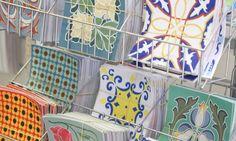 Os adesivos que imitam azulejos, feitos com tecido impermeável, são uma boa dica para customizar a casa sem gastar muito. A peça sai por R$ 5,49. A designer de interiores Flavia Secioso indica usá-los em áreas secas da cozinha ou lavabo. Você encontra estas estampas na Caçula, na Rua da Alfandega, 325 Foto: Camila Maia/Agência O Globo