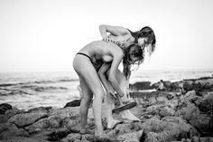 Diario visual de Vera y Victoria, dos chicas enamoradas. Dos jóvenes, una de ellas transexual, abrieron su vida íntima tres años a la fotógrafa Mar Sáez para componer un poema de amor con imágenes en un libro y una exposición. Ferran Bono | El País, 2017-05-03 http://cultura.elpais.com/cultura/2017/05/02/actualidad/1493742408_794537.html
