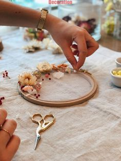 How to make a flower drum with dried flowers? Easy DIY How to make a flower drum with dried flowers? Diy Simple, Easy Diy, Diy Home Crafts, Diy Crafts To Sell, Flower Drum, Diy Christmas Decorations, Diy Fleur, Fleurs Diy, Diy Kit