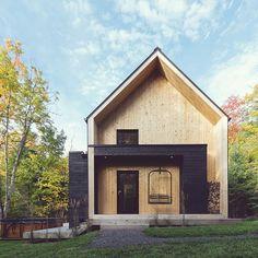 L'automne a son meilleur à la Villa #autumn #chalet #architecture #architecturelovers #cabin #cabincrew #moderndesign #wood #scandinaviandesign #minimal #minimalist #airbnb #housedesign #cottage #canada #quebec #charlevoix credit photo: @1px.photography @airbnb