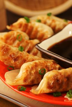 Vegan Mushroom Potstickers - 10 dried shiitake mushrooms 1 C hot water, 1 pound wild or button mushrooms, 1 C loosely packed shre. Vegan Foods, Vegan Snacks, Vegan Dishes, Whole Food Recipes, Cooking Recipes, Cooking Tips, Vegan Appetizers, Vegetarian Recipes, Healthy Recipes