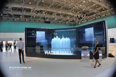 """2A bewegte Plattform für Samsung auf der IFA2014:  Im Bereich Hausgeräte lag der Schwerpunkt auf dem von Samsung entwickelten """"Waterwall dishwasher"""". Watershow.de baute dazu ein auf 2m vergrößertes Modell dieses Wagens - watershow.de #samsung #ifa #ifa2014 #wasserleinwand #wasserleinwände #wasservorhang #wasservorhänge #watercurtain #watercurtains #waterscreen #waterscreens"""