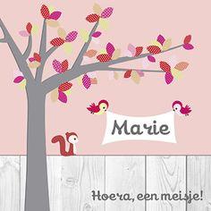Hoera, een meisje! Dit schattige geboortekaartje is voorzien van een boom en verschillende dieren.