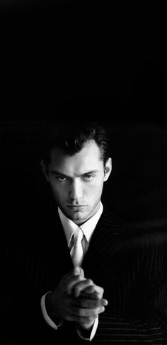 Jude Law                                                                                                                                                      Más Jude Law, Black White Photos, Black And White, Young Pope, Hey Jude, Raining Men, Robert Downey Jr, Gorgeous Men, Character Inspiration