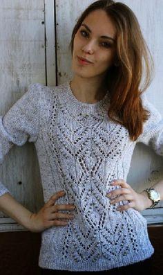 Вязание пуловера с узорами  Аккуратный пуловер связан спицами.  Центр пуловера украшает большой красивый ажурный узор. Такой пуловер обязательно должен быть в базовом гардеробе любой женщины. Пуловер связан из светло-серой меланжевой пряжи. Свяжите пуловер из мягкой пряжи, приятной на ощупь, чтобы его можно было носить на голое тело. Пуловер подчеркнет все достоинства вашей фигуры. Его легко комплектовать с любой одеждой. Он отлично подходит для обычных будничных дней. Далее- схема вязания…