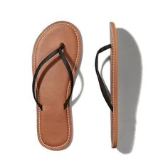 Abercrombie & Fitch Leather Flip Flops ($15) ❤ liked on Polyvore featuring shoes, sandals, flip flops, flats, sapatos, leather flats, leather flip flops, flats sandals, flat pumps and real leather shoes