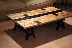 Création d'une table basse sympa avec façade de caisse à vin et bande noir en peinture craie sur tréteaux