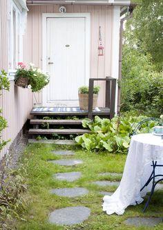 Sileiden liuskekivien väliin jäävä nurmi tai sammal saa rauhassa asettua ja sammaloitua. Jos kylvät väliin nurmikkoa, tee polulle tukeva perustus ja lado kivet tasaisesti, jotta voit huoletta ajaa nurmen trimmerillä tai ruohonleikkurilla. Liuskekivi on luonnollinen ja sopii erityisen hyvin mökkipihaan.