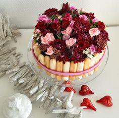 Valentijn komt er weer aan, dus een heerlijke taart maken met bloemen... Fresh Flower Cake, Fresh Flowers, Valentine Wreath, Floral Cake, No Bake Cake, Dessert, Floral Arrangements, Cake Decorating, Centerpieces