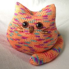 Ravelry Pickles the Cat pattern by Linda Dawkins Knitted Cat, Knitted Animals, Knitted Dolls, Crochet Toys, Knit Crochet, Animal Knitting Patterns, Loom Patterns, Baby Patterns, Loom Bands