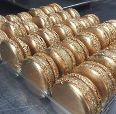 Check out these delicious gold sparkly metalic macaroons Gold Aesthetic, Aesthetic Food, Macaron Cookies, Macaron Cake, Kolaci I Torte, French Macaroons, Macaroon Recipes, Luxury Girl, Golden Birthday