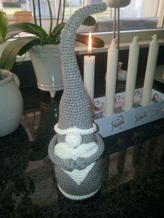 Virkad grå tomte! Crochet santa! Mönster: http://brittasami.blogspot.se/2012/08/nisse-med-hjarta-gratis.html?m=1 . Tutorial: http://brittasami.blogspot.se/2012/08/nisse-med-hjarta-gratis.html?m=1