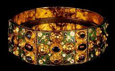 Corona ferrea, metà del IX secolo, oro gemme e smalti, diametro 15 cm, altezza 3,5 cm, Duomo di Monza, Cappella di Teodolinda.