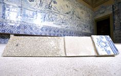O método usado para expor os azulejos sem que fiquem na parede