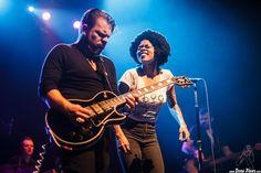 Charles Jones -batería-, Matt Hill -guitarra-, Nikki Hill -voz- y Ed Strohsahl -bajo-  Nikki Hill, Kafe Antzokia, Bilbao, 19/XI/2015. Foto por Dena Flows  http://denaflows.com/galerias-de-fotos-de-conciertos/n/nikki-hill/