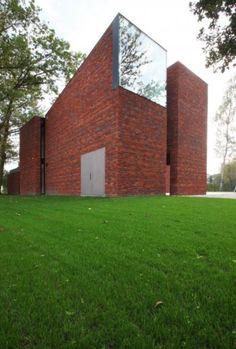 Huis in Heffen - zijaanzicht ; langs dit zicht is het gebouw zeer gesloten, er is 1 groot raam