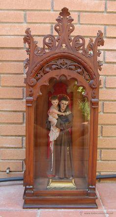 CAPILLA RELIGIOSA EN MADERA TRABAJADA CON FIGURA DE SANTO . GRAN FORMATO - Foto 1