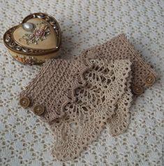 Pulceras para verano en crochet Crochet Gloves Pattern, Crochet Blanket Patterns, Crochet Hats, Knit Crochet, Crochet Keychain, Crochet Bracelet, Christmas Crochet Blanket, Wrist Warmers, Cute Crochet