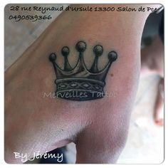 Tatouage couronne réalisé par Jérémy sur la main