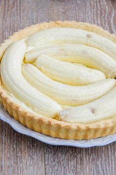 Pentru ca de mult visam la o tarta cu banane buna-buna si pentru ca mi-am adus aminte de Banana straciatella cheesecake  care a a... Baby Food Recipes, Dinner Recipes, Romanian Desserts, Quiche Lorraine, Raw Vegan, Coco, Sweet Treats, Cheesecake, Food And Drink