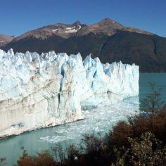 El Glaciar Perito Moreno, ubicado en el Parque Nacional Los Glaciares en la Patagonia Argentina, es una gran Atracción para los turistas de todas partes del mundo que lo visitan en el sur de la Patagonia.