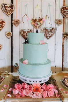 mint wedding cake. Oktoberfest Wedding. Photography: With Love & Embers. Read more - http://www.hummingheartstrings.de/index.php/hochzeiten/oktoberfest-hochzeit-von-with-love-embers/