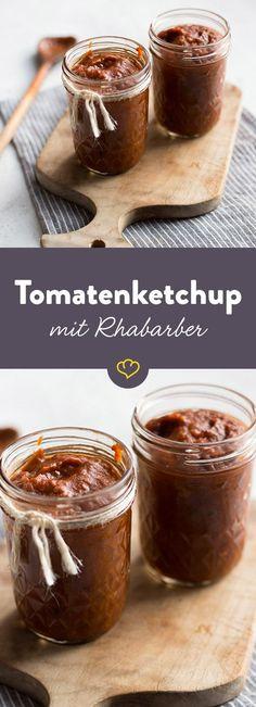 Der selbstgemachte Tomatenketchup wird mit Rhabarber verfeinert und schmeckt – ganz ohne künstliche Geschmacksverstärker – nicht nur zur Grillsaison lecker. Chutneys, Gifts For Cooks, Spare Ribs, Sweet And Salty, Sauce Recipes, Soul Food, Dips, Bbq, Food Porn