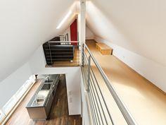 Eine Galerie erweitert die Wohnfläche, öffnet die Räume in der vertikalen und bietet den Nutzern individueller Rückzugsmöglichkeiten.