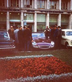 1964 Un Jaguar admirat în fața Blocului ONT (lângă Blocul Eva)