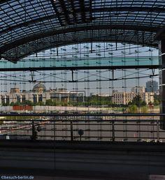 Ausblick auf das Regierungsviertel und Potsdamer Platz aus dem Berliner Hauptbahnhof.  http://besuch-berlin.de
