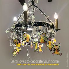 Ein kleiner, frecher Schutzengel möchte dich begleiten. Guardian GERTI wertet als Geschenkanhänger jedes Geschenk auf, dekoriert dein Zuhause, fährt als Schutzengel im Auto mit, schmückt deinen Christbaum, beschützt dich auf Reisen und vieles mehr … #schutzengel #geschenkanhänger #christbaumschmuck Christen, Chandelier, Ceiling Lights, Home Decor, Guardian Angels, Christmas Tree Decorations, Decorating, Ad Home, Viajes