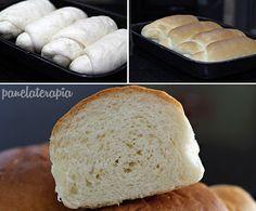 Essa receita de pão de caseiro me surpreendeu. Ficou MARA! Fácil de fazer e muito fofinho! Como renderam 4 unidades, eu congelei dois deles já assados. Esperei esfriar totalmente, enrolei em plásti…