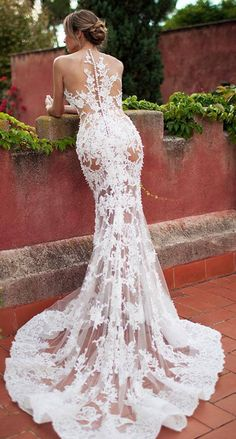 Im not really into wedding gowns but this one is exquisite.