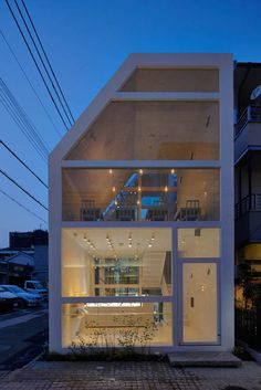 Blanc is a minimalist interior located in Hyogo, Japan, designed by Yuko Nagayama & Associates. The cafe is built with an angled roof on the side of the building facing the street. Modern Japanese Architecture, Facade Architecture, Arch House, Interior Windows, Minimalist Interior, Modern Buildings, Architect Design, Construction, Exterior Design
