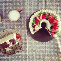 イチゴのショートケーキをチョコシフォンケーキをベースに作りました。