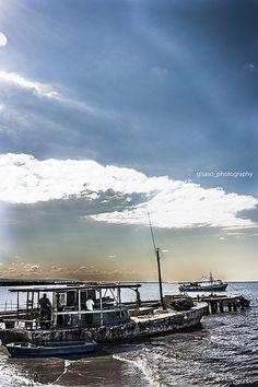 No es de Madera: Fue lo que mas me impresionó... Y dije, No es de Madera... Nunca he visto muchos barcos detalladamente en mi vida... Asi que ver este arrancar e irse fue... Parecia una mole de concreto sobre el agua, Laura no se quedó con la curiosidad, asi que fue hasta la cerca y pregunto a los pescadores sobre aquella barca tan rara... Yo me quedé con esta foto, con los niños que me hacian compañia mientras disparaba, con el hambre que ya picaba a esa hora, con Laura y Thai...