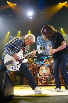Alex Lifeson plays his famous ES-335 with Geddy Lee in a classic Rush jam