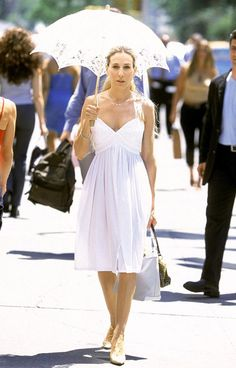 Alors que Miranda annonce à Carrie qu'elle est enceinte, cette dernière redoute d'avouer à Aidan son propre avortement à 22 ans. En retournant sur les traces de son passé, elle s'habille d'une robe à fines bretelles, accompagnée d'une ombrelle en dentelle.