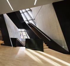 skulturale treppe schwarz zaha hadid sichtbeton wände