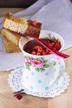 """Hot chocolate prepared with almond milk and garnish with dried strawberries. Spelt bread """"mouillettes"""" #diadelaespelta."""