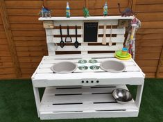 Parents make amazing play kitchen for kids using pallets and it costs just Outdoor Play Kitchen, Diy Mud Kitchen, Mud Kitchen For Kids, Wooden Kitchen, Kitchen Sink, Backyard Play, Backyard For Kids, Diy For Kids, Backyard Treehouse