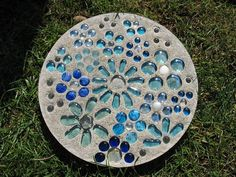 Homemade Stepping Stones, Concrete Stepping Stones, Garden Stepping Stones, Concrete Steps, Concrete Garden, Decorative Stepping Stones, Mosaic Crafts, Mosaic Projects, Mosaic Art