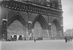 NOTRE-DAME DE PARIS - 1918 La cathédrale protégée contre les bombardements lors de la guerre 14-18. Auteur : Agence photographique ROL Date d'édition : 1918