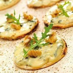 Apéritif dinatoire, des idées : mini pizza apéritif bleu et noix