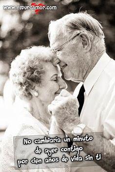 Imagen de amor de una pareja de abuelos cogiéndose de las manos y sonriendo muy felices