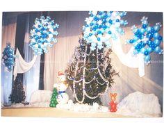 Украшение сцены новогодними фигурами и композициями из воздушных шаров.