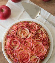 via http://leschosesparmk.tumblr.com/ la tarte aux pommes du dimanche, pâte aux noix et crème vanille.
