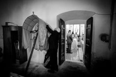 Wedding in Umbria, during the ceremony the priest was setting up a few things  www.marcomiglianti.it
