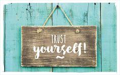 Ob wir es Intuition nennen, Bauchgefühl, G'spür – es hat unser Vertrauen verdient: Es ist das, was uns in- und auswendig kennt und einfach weiß, was gut für uns ist. Und eigentlich sind wir es selbst. Vertrau in dich!